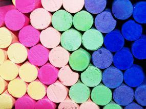 Une pile de craies de couleur.