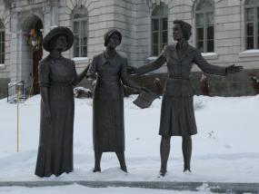 Photographie de la sculpture hommage aux pionnières en politique.