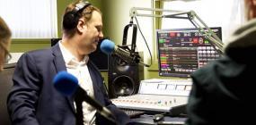Vu sur une station de radio , avec micro, consoles, haut-parleurs et intervenants.