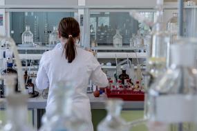 Une personne de dos, travaillant dans un laboratoire.