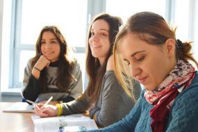 Trois personnes dans une salle de classe.