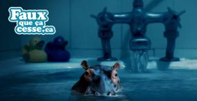 Un hippopotame miniature sort la tête d'un lavabo rempli d'eau.