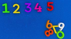 Des lettres colorées sur un fond bleu.