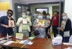 Les participantes et les formatrices du Groupe Alpha Laval, les libraires de l'Euguélionne et de Racines ainsi que le CDÉACF lors de l'activité de sélection de la minibibliothèque sans stéréotypes.