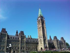 Photographie extérieure du parlement du Canada.