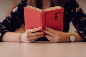 une personne tient un livre