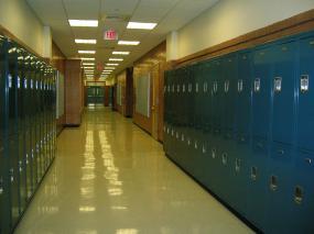 Photographie d'un corridor d'école vide.