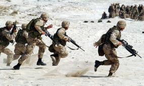 Photographie d'une opération militaire sur une grève.