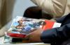gros plan sur une personne tenant le Rapport mondial de suivi de l'éducation 2019