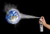 Une main tient une canette d'aérosol avec le pictogramme de toxicité. Au bout du nuage de fumée, la planète terre.